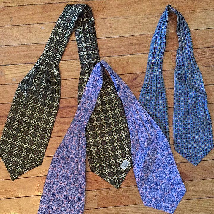 y'all wear ascots? of course you don't! but i gotta say- this is neckwear that you can actually wear WITHOUT a collared shirt fools! while i'd never suggest getting dressed (up) without a collared shirt, this you rockstars can wear with a t and blazer
